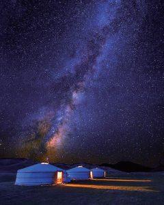 銀の星が降り注ぐゲルキャンプの夜